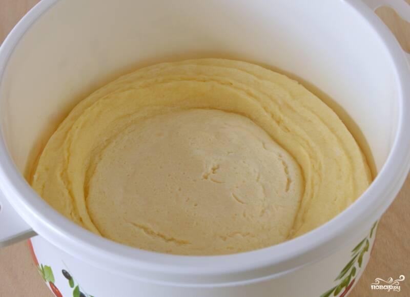 Смешайте яйца с сахаром до полного растворения. Добавьте манку, творог, ванилин и соль. Только не взбивайте.