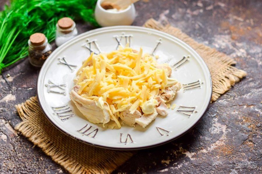 Лук нарежьте мелко и посыпьте курицу. Сыр натрите на средней терке и посыпьте салат. Смажьте майонезом.