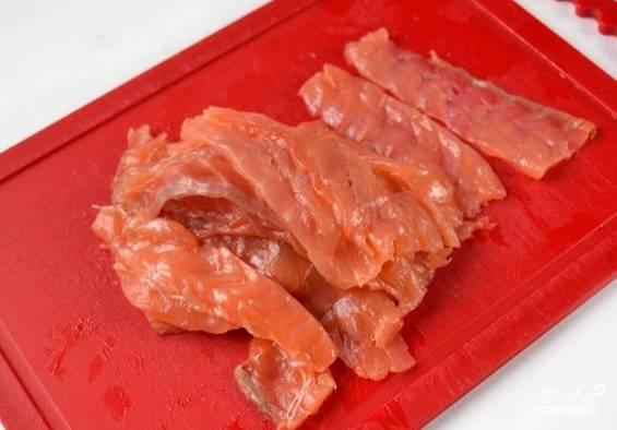 Филе семги нарезаем тонкими пластинками-ломтиками.