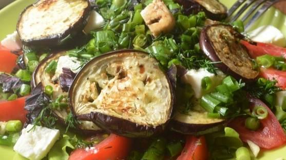 3. Дальше - сыр режем кубиками, а зелень режем мелко, и посыпаем салат сверху. Заливаем заправкой по вкусу, перемешаем и подаем!