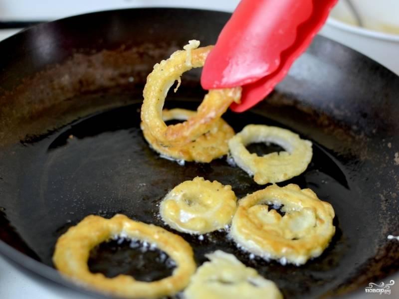 Выложите на сковороду с разогретым растительным маслом и обжаривайте до румяной корочки с обеих сторон.