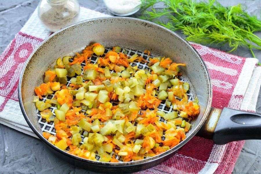 Добавьте огурцы в сковороду к овощам. Тушите все вместе еще 3-4 минуты на медленном огне.