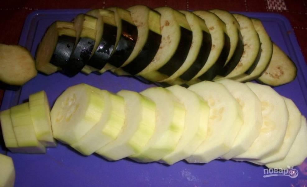 В это время нарежьте крупно баклажан, кабачок и тыкву.