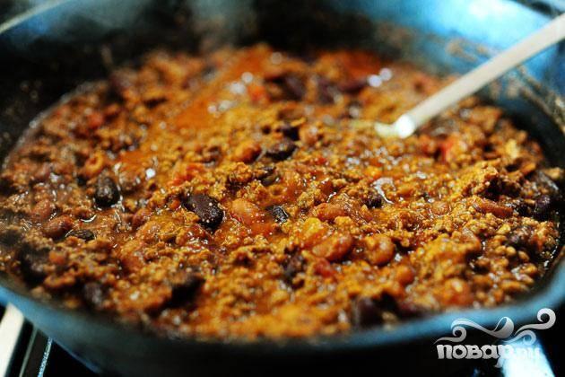 6. Вылить смесь в жаркое и перемешать до однородности. Добавление кукурузной муки делает жаркое более густым и придает тонкий кукурузный аромат. Тушить от 10 до 15 минут. Разделить жаркое на порции. Посыпать каждую порцию тертым сыром Чеддер и нарезанным кубиками красным луком, если вы его используете. Сразу же подавать.