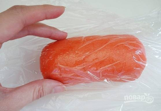 6. Тщательно вмешайте краситель в тесто, заверните в пищевую пленку.
