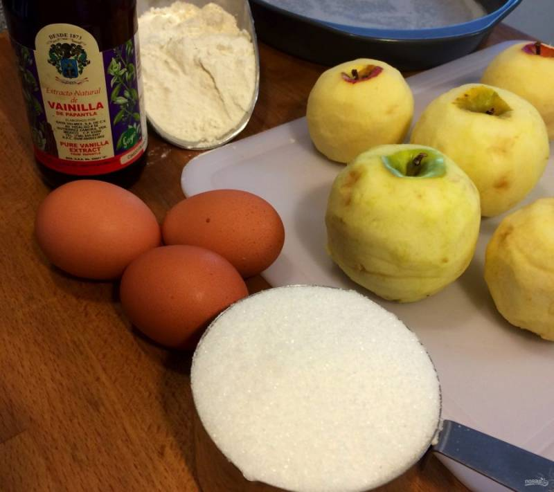 1.Подготовьте все необходимые для выпечки пирога ингредиенты.