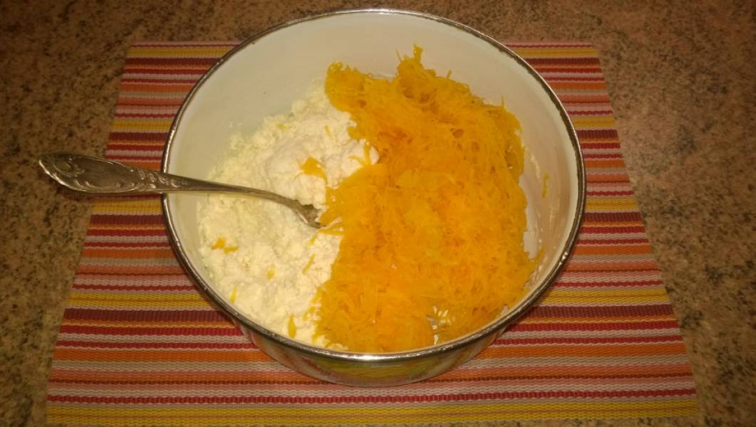 2. Смешайте творог, яйцо, сахар, соль, муку, тыкву потрите на мелкой овощной терке. Все тщательно перемешайте.