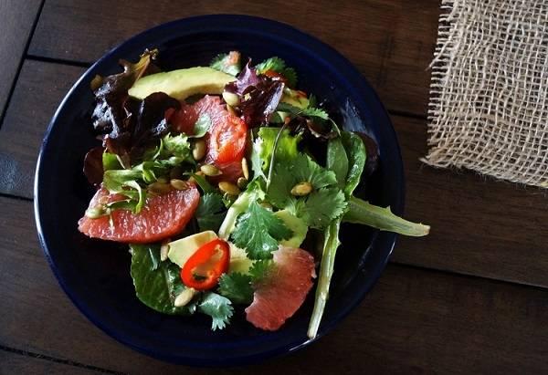 7. Осталось только полить все заправкой и как следует перемешать. Вот такой несложный и очень интересный по вкусу вариант, как приготовить салат из авокадо и грейпфрута. Приятного аппетита!