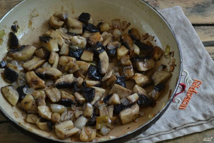 В сковороду влейте подсолнечное масло, хорошенько нагрейте. Высыпьте нарезанный лук, обжарьте его 4-5 минут до слегка золотистого цвета. Потом добавьте грибы, соль, перемешайте и тушите на медленном огне до полного выпаривания жидкости. Это займет примерно 10 минут. Обязательно посолите и поперчите.