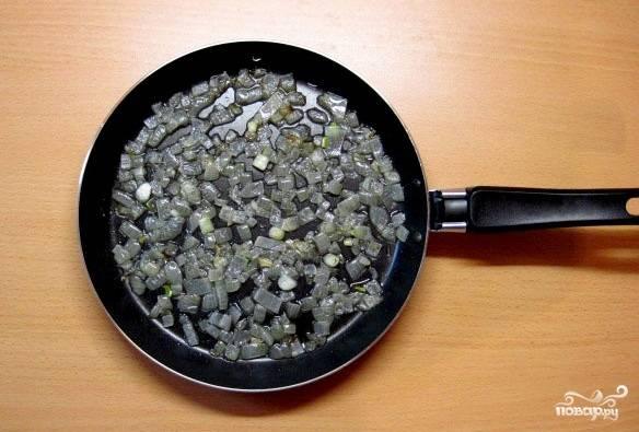 В сковороде разогреваем масло и обжариваем на нем лук до золотистого цвета.