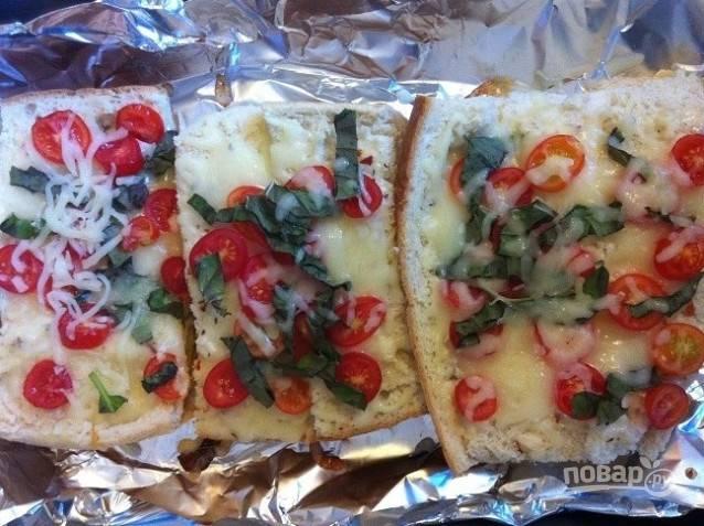 5. Потом выложите помидоры и базилик на сыр.