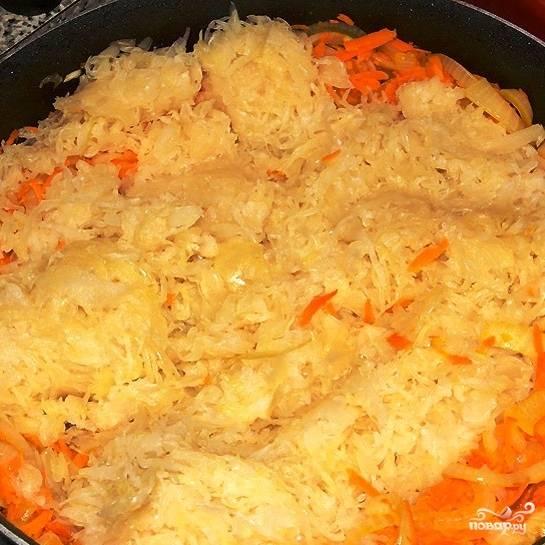 Затем добавляем в сковороду квашеную капусту (без жидкости). Перемешиваем и готовим еще 10 минут.