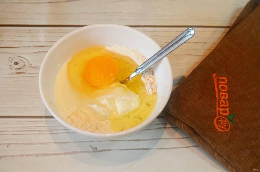 3.Добавьте яйцо и корицу.