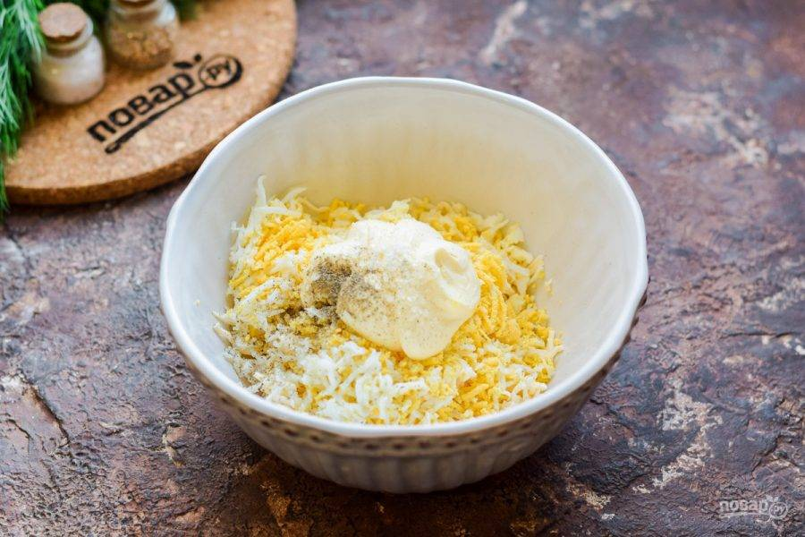 Добавьте к ингредиентам майонез, соль и молотый перец по вкусу. При желании добавьте немного чеснока.
