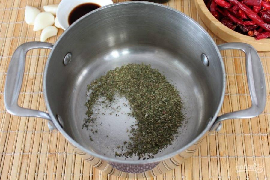 В кастрюлю высыпаем пряные травы, соль и сахар.