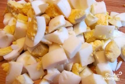 Порезать яйца.