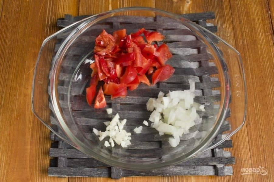 Нарежьте кубиками перец чили, удалив семена, мелко нарубите лук и пропустите через пресс чеснок. Обжарьте овощи пару минут в масле, влив его в кастрюлю с толстым дном.
