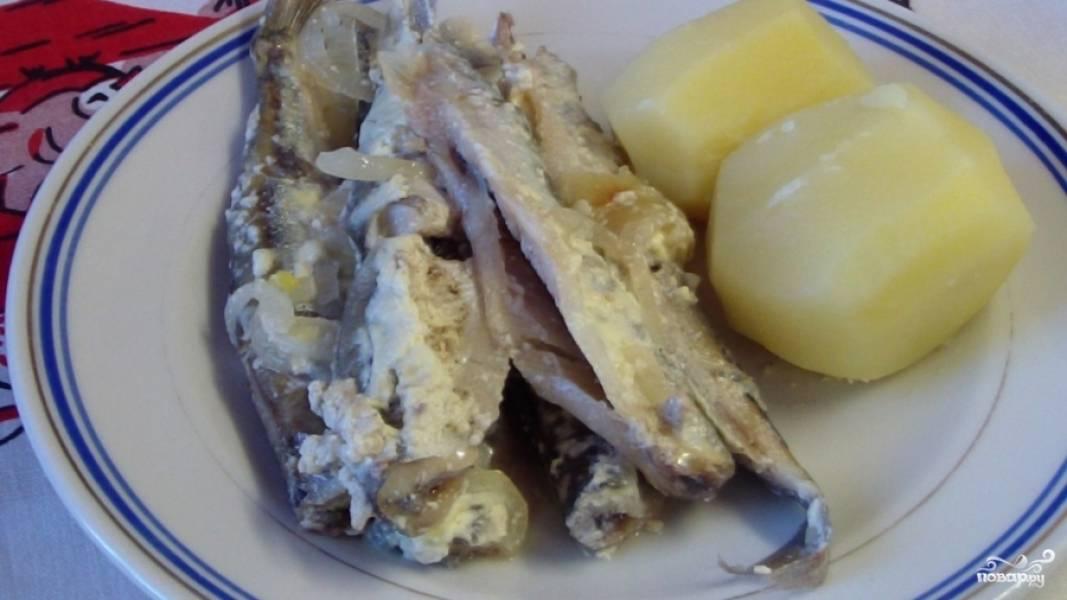 Подаем готовую мойву с отварным картофелем или рисом. Приятного аппетита :)