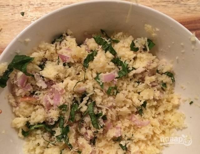 3.Смешайте сыр с зеленью и овощами, добавьте соль и перец.
