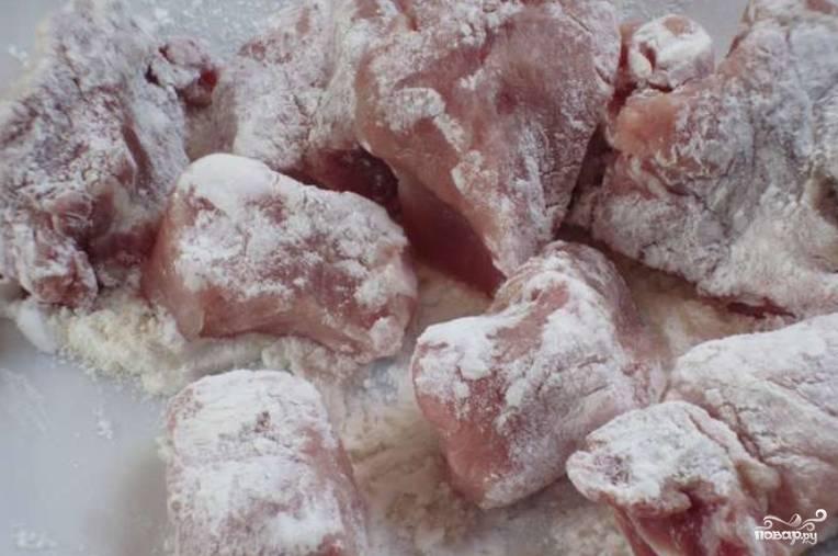 Свиную вырезку нарезаем порционными кусочками и обваливаем в картофельном крахмале.