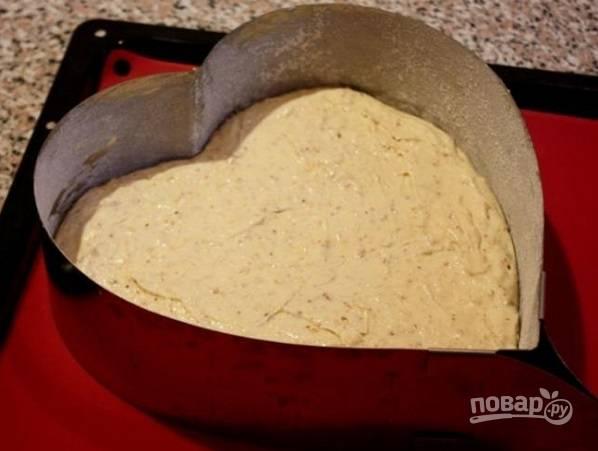 2. Жаропрочную форму (если есть сердце - идеально, если нет, то можно потом вырезать по форме) смажьте маслом и присыпьте мукой. Выложите тесто, разровняйте и отправьте в духовку. Выпекайте корж около 40-45 минут до сухой спички. После выложите на решетку и пусть как следует остынет.