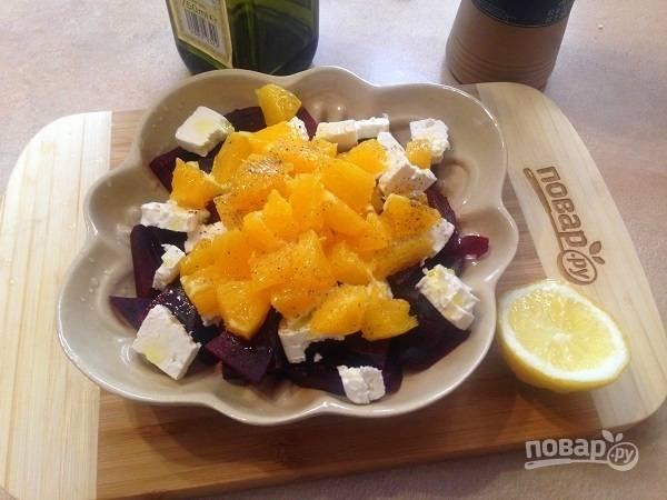 5. Солим (но не забываем, что брынза изначально соленая), перчим, поливаем оливковым маслом и лимонным соком.