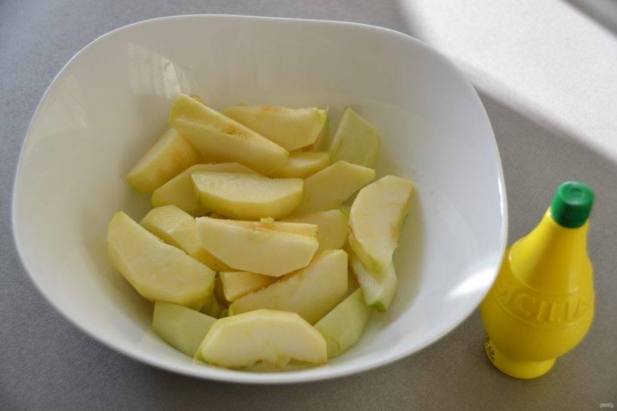 Очистите яблоки и нарежьте их крупными дольками, сбрызните лимонным соком, чтобы они не потемнели.