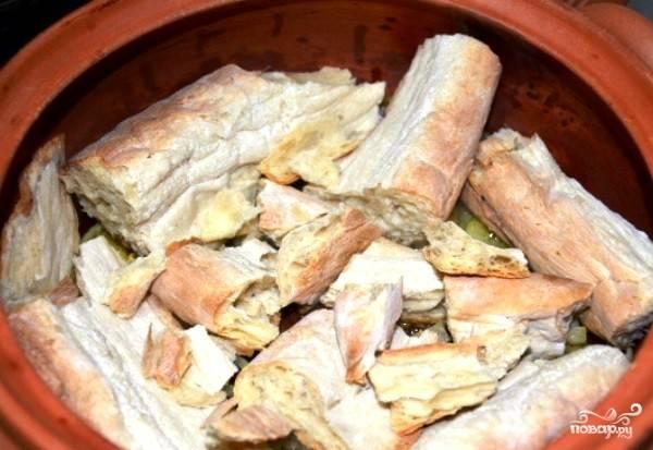 Поверх лука необходимо наломать на средние куски черствый грузинский хлеб «шоти». Найти его не так просто, поэтому я использую черствый толстый грузинский лаваш.