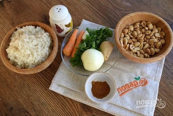 Подготовьте необходимые продукты. Рис несколько раз промойте до прозрачной воды, откиньте на сито. Лук, морковь очистите.