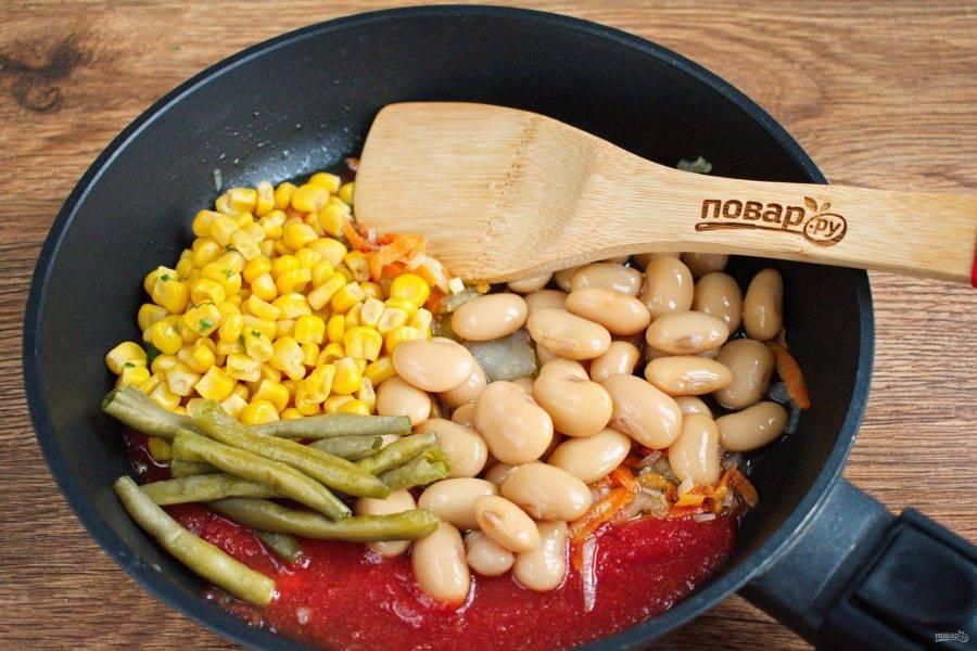 Добавьте белую и спаржевую фасоль, кукурузу. Готовьте в течение 2 минут. Добавьте томатное пюре, доведите до кипения. Заложите поджарку в бульон, посолите и поперчите по вкусу. Готовьте на медленном огне в течение 5 минут.