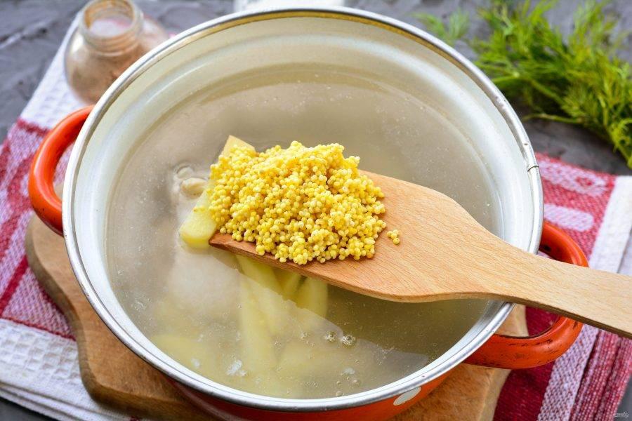 Всыпьте промытое пшено, и варите суп еще 10-12 минут.