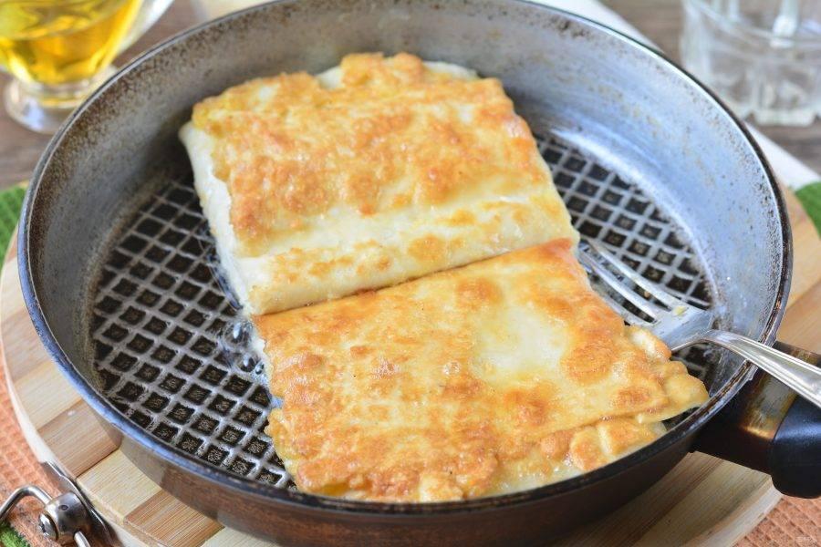 Обжаривайте пирожки по 2-3 минуты на небольшом огне с обеих сторон до румяной корочки.