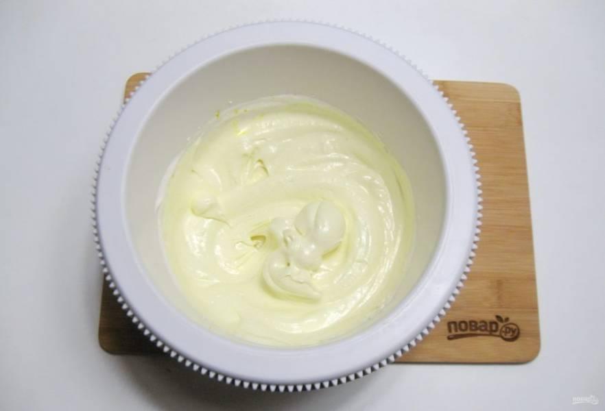 Добавьте шафран или желтый пищевой краситель, взбейте миксером.