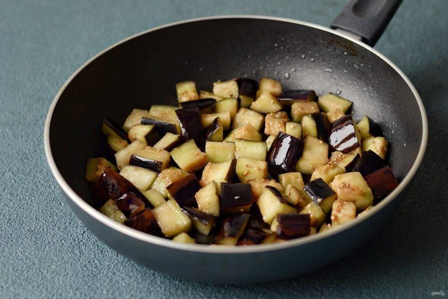 Обжарьте баклажан в небольшом количестве масла. Приправьте перцем и кориандром.