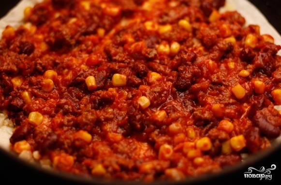 5. Соедините фарш с томатным пюре. Посолите и (по вкусу) добавьте специи: кумин и сушеный кориандр. Готовьте, чтоб испарилась жидкость (приблизительно 5 минут).
