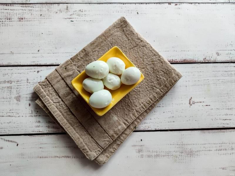 Перепелиные яйца отварите до готовности, дайте им полностью остыть. Очистите яйцо от скорлупы.