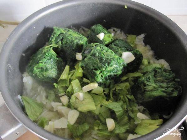 Затем добавляем в кастрюлю нарезанные листья сельдерея и шпинат. Все хорошенько перемешиваем. Последним в кастрюлю идет чеснок. Его лучше всегда добавлять последним, чтоб он сохранил больше полезных свойств.