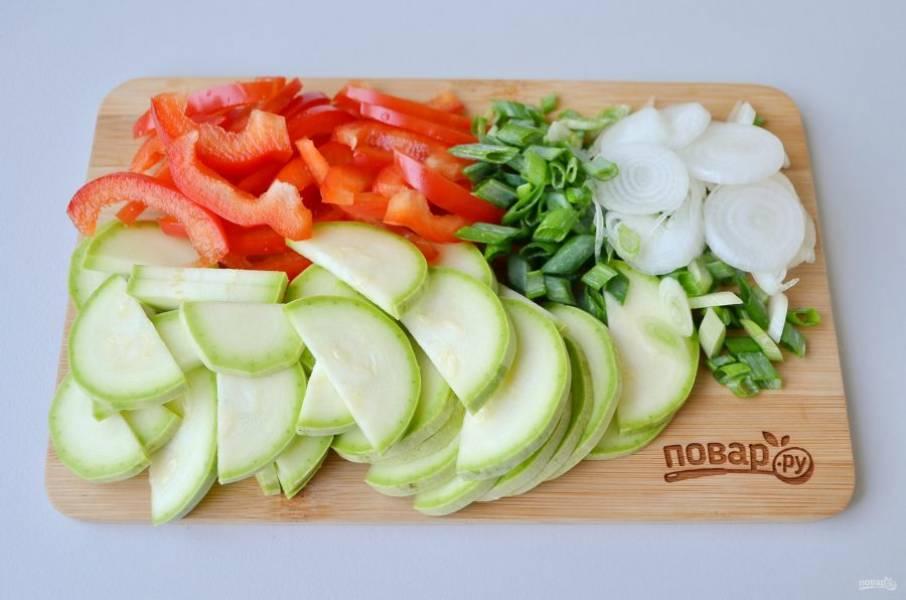 2. Вымойте овощи, порежьте тонко.