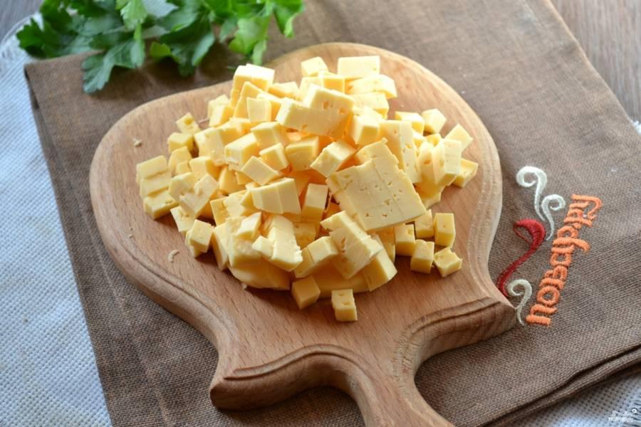 Твердый сыр порежьте мелким кубиком.