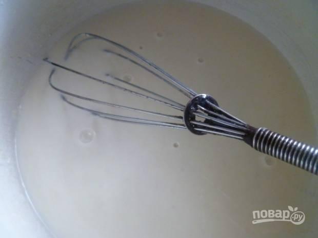 Влейте теплое кислое молоко и размешайте тесто венчиком .
