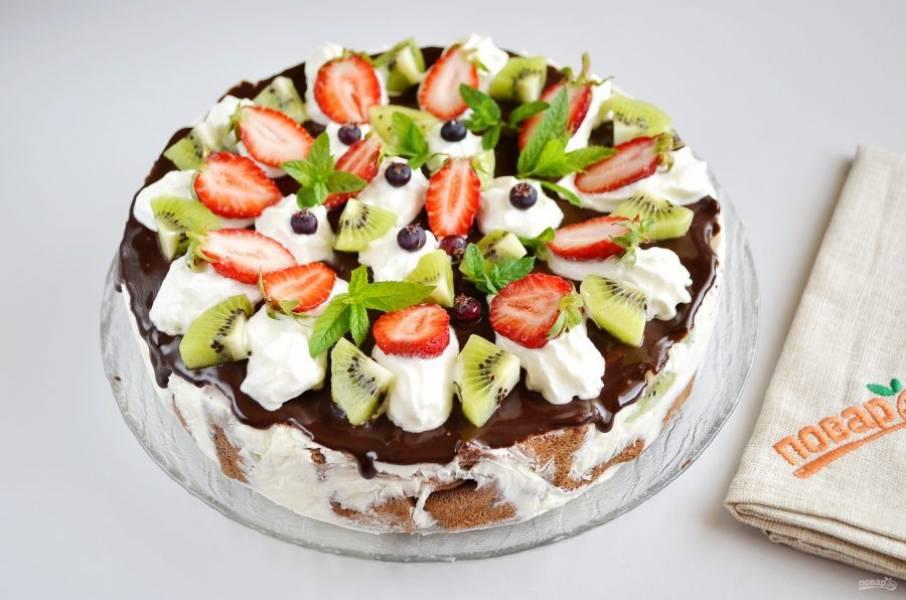 15. Украсьте взбитыми с сахаром сливками, ягодами, фруктами, мятой.