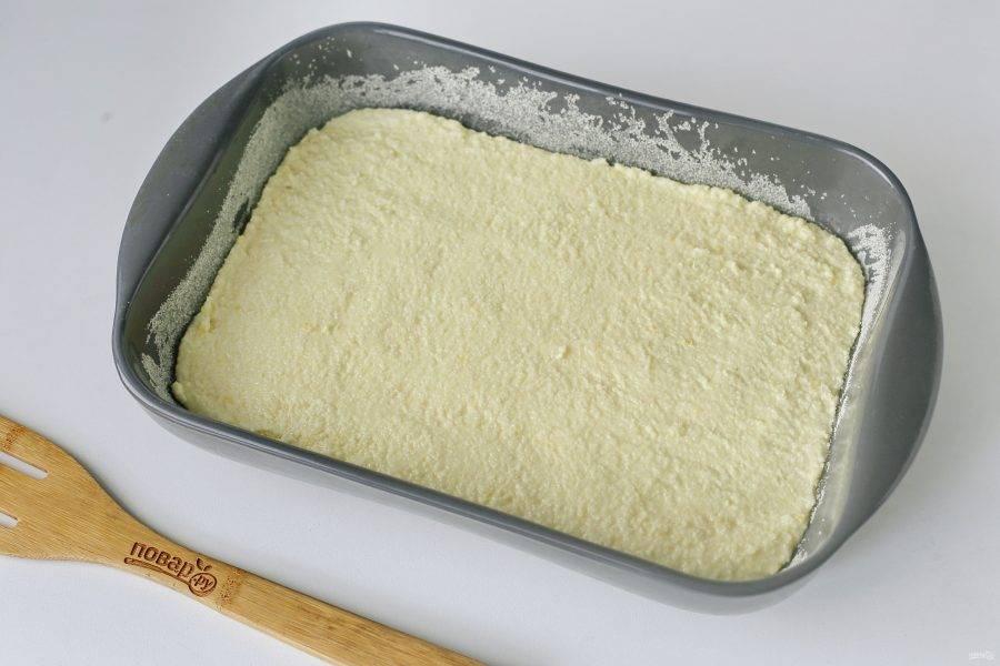 Переложите тесто в смазанную маслом форму. Дно и бока предварительно обсыпьте манкой. Выпекайте при духовке при температуре 180 градусов около 40 минут.