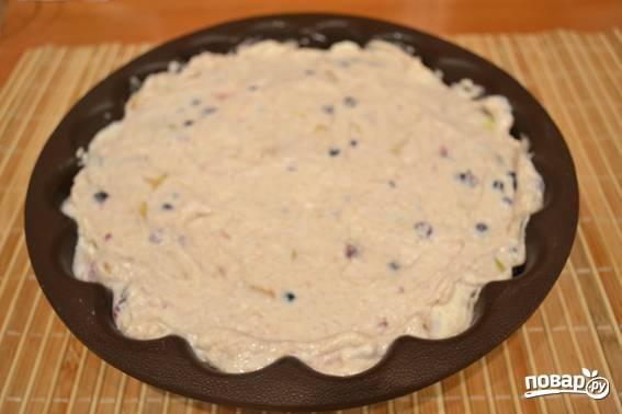 5. Жаропрочную форму смажьте сливочным маслом и присыпьте мукой. Выложите в неё тесто, отправьте в разогретую духовку минут на 50. Перед подачей шарлотку присыпьте сахарной пудрой.  Приятного чаепития!