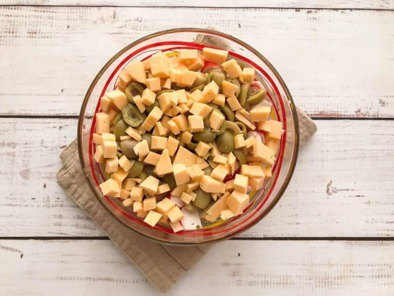 Твердый сыр нарежьте кружочками и добавьте к остальным ингредиентам.