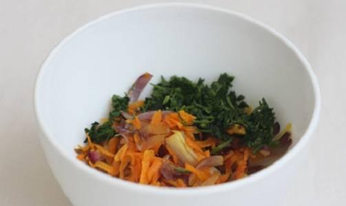 3. Свежую зелень вымыть, просушить и измельчить. Соединить с обжаренными овощами. При желании посолить и поперчить немного. Рецепт приготовления скумбрии с овощами в фольге можно дополнить помидорами для сочности.