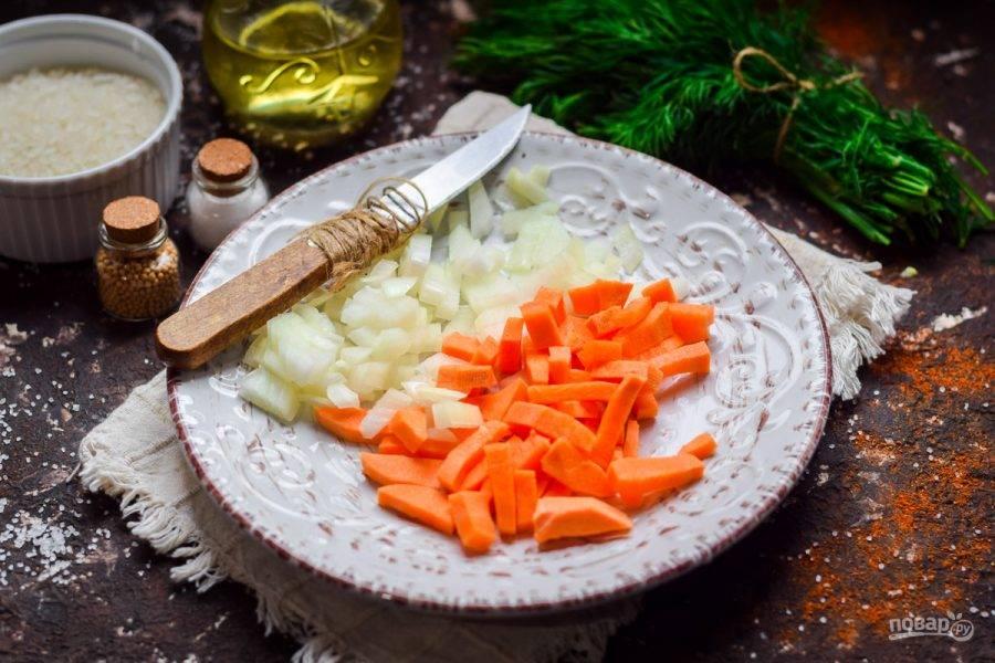 Очистите морковь и лук, овощи сполосните и просушите. Нарежьте морковь и лук кубиками небольшого размера.