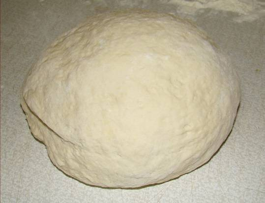1. С тестом все невероятно просто. В глубокой мисочке соедините соль, растительное масло, воду и муку. Вымешивайте тесто до тех пор, пока не перестанет липнуть к рукам, при необходимости добавляя муку. Важно не перебить тесто, чтобы оно оставалось мягким и эластичным.