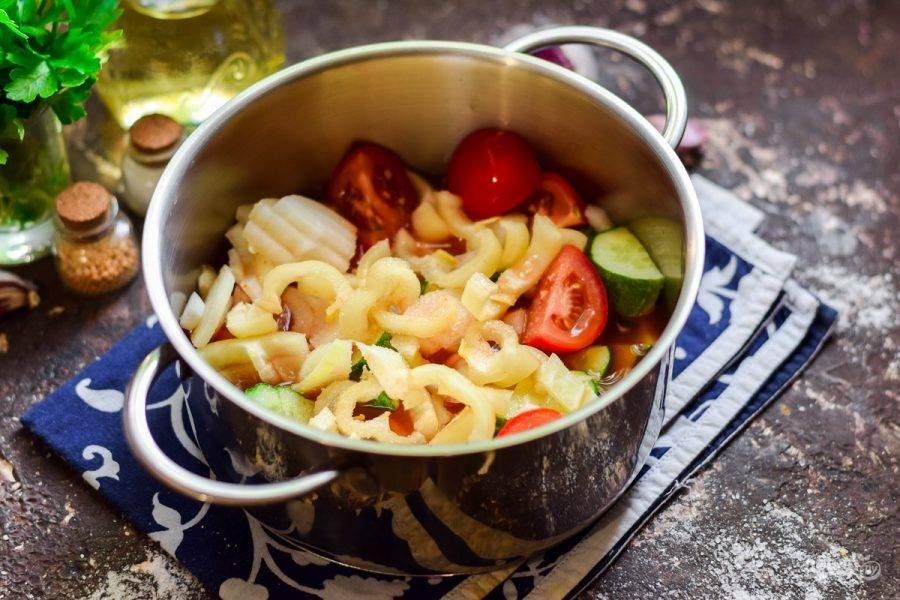 Добавьте в кастрюлю томат, масло, соль и сахар. Тушите лечо 25 минут. В конце варки добавьте в лечо уксус.