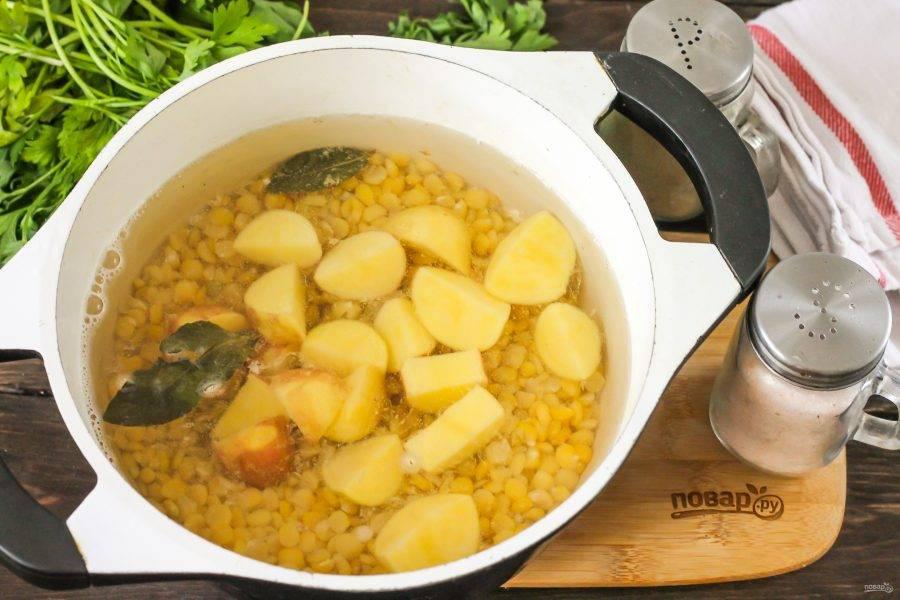 Картофель очистите от кожуры, промойте в воде и нарежьте средними кубиками, добавьте в емкость. Отварите еще 15 минут.