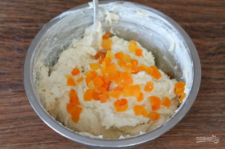 Курагу режем мелко и добавляем в тесто. Можно добавить изюм или другие сухофрукты.